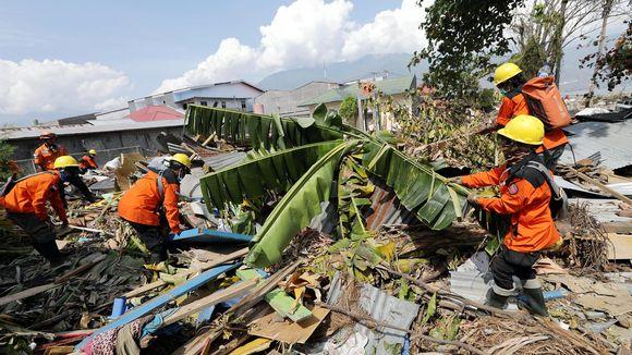 Pelastustyöntekijät etsivät raunioista uhreja Palun kaupungissa Sulawesin saarella tiistaina.