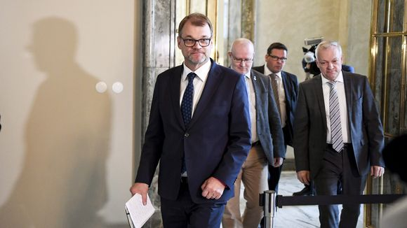 Pääministeri Juha Sipilä, työministeri Jari Lindström (oik) ja eduskuntaryhmän puheenjohtaja Kalle Jokinen saapuivat tapaamaan mediaa eduskunnan Valtiosaliin ennen eduskunnan kyselytuntia Helsingissä torstaina 11. lokakuuta