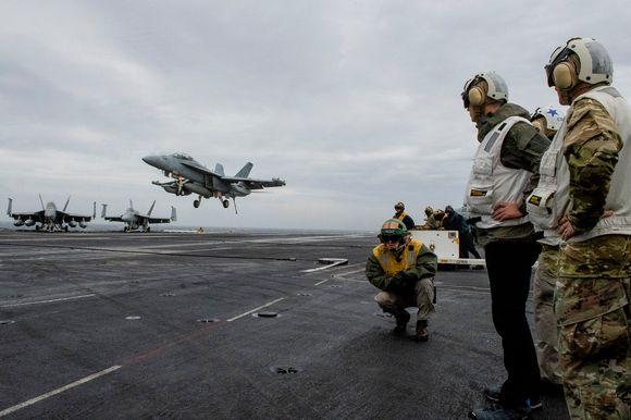 F-18 Super Hornet laskeutuu lentotukialukselle