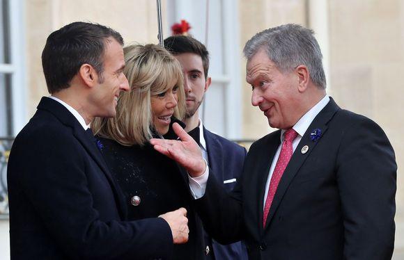 Emmanuel Macron ja Sauli Niinistö tervehtivät toisiaan Elysee-palatsin edessä Pariisissa isänpäivänä 11. marraskuuta.
