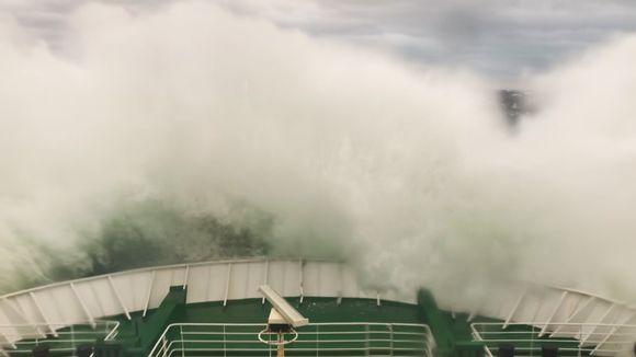 Matkustaja Joel Rönngård oli Vaasa Expresillä ja kuvasi, miltä myrskyävä meri näytti laivan keulassa.