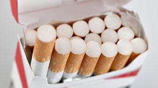 Avattu tupakka-aski.