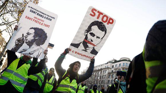 Keltaliivisiä mielenosoittajia Pariisissa.