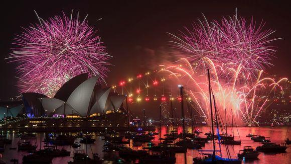 Ilotulitteita Sydneyn taivaalla.