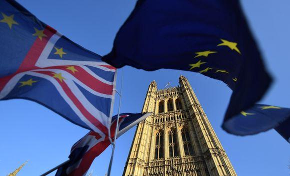 Britannian ja EU:n liput parlamenttitalon edessä.
