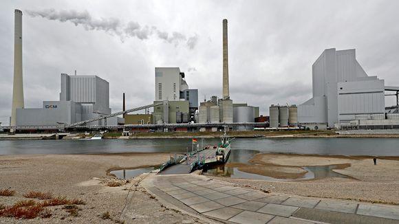 Valokuva Mannheimin teollisuusrakennuksista. Edessä Reinjoki, jonka vedenpinta on normaalia matalemmalla. Lossi on väliaikaisesti suljettu.