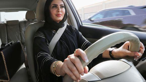 Saudinainen auton ratin takana.