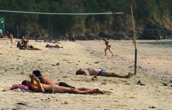 Suomalaispoikaa purtiin Ao Nangin rannalla. Kuva on vuodelta 2005.