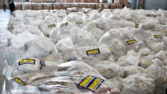 Pahvilaatikoissa odottaa Kolumbian puolella Venezuelaan meneviä elintarvikkeita ja muuta apua.