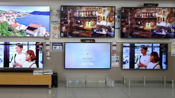 Pelkäätkö, että televisio vakoilee? Eteläkorealaisissa hotelleissa siihen on voinut olla jopa syytä: neljän miehen epäillään kuvanneen hotellivieraita muun muassa televisioihin asetetuilla kameroilla. Tässä televisioita myynnissä Soulissa kesällä 2017.