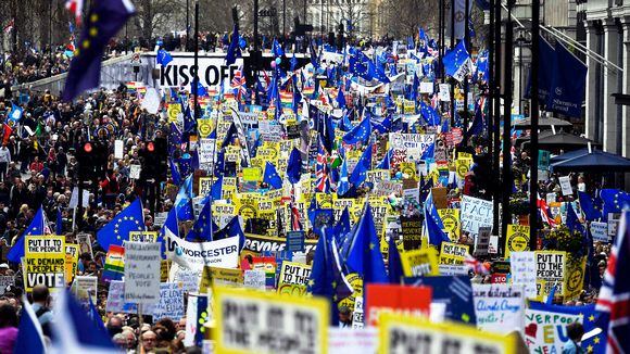 Put it to the people -marssi Lontoossa.