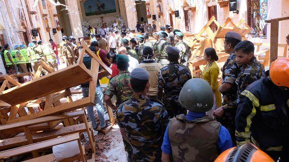 Pelastustyöntekijöitä, poliiseja tutkijoita ja kaaosta kirkossa.