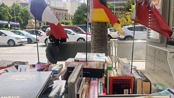Kirjakoju kadulla.