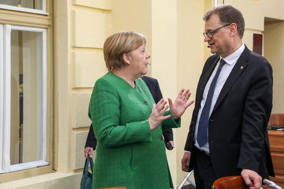 Saksan liittokansleri Angela Merkel keskusteli pääministeri Juha Sipilän (kesk.) kanssa EU-huippukokouksessa Romanian Sibiussa.