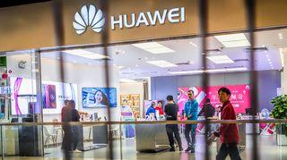 Ihmisiä Huawei -liikkeessä.