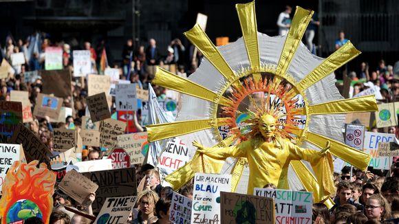 Auringoksi pukeutunut mielenosoittaja.