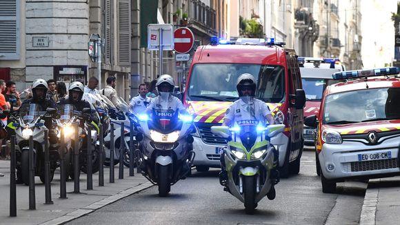 Moottoripyöräpoliisit saattavat ambulanseja.