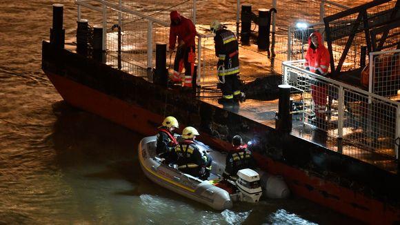 Palomiehet valmistautuvat etsimään uhreja kumiveneellä.