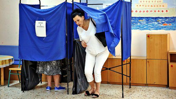 Nainen poistuu äänestyskopista Ateenassa sunnuntaina 7. heinäkuuta 2019.