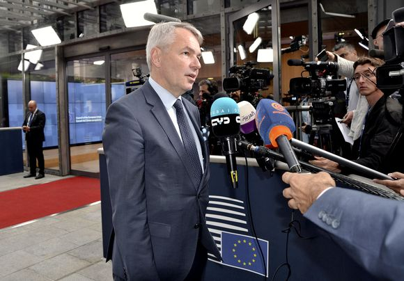 Pekka Haavisto vastaa toimittajien kysymyksiin Brysselissä