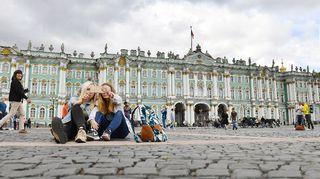 Turistit valokuvaavat Eremitaašin edustalla.