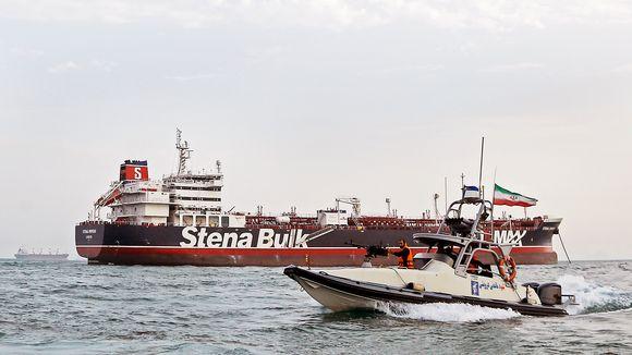 Iranin vallankumouskaartin vene kulkee Stena Bulk -tankkerin ympärillä.