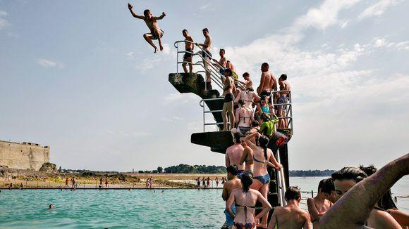 Nuoret hyppäävät meriveteen Saint-Malon kaupungissa, joka sijaitsee Ranskan luoteisosassa.