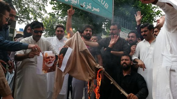 Pakistanilaiset mielenosoittajat polttivat Intian pääministeriä Narendra Modia esittävän nuken.