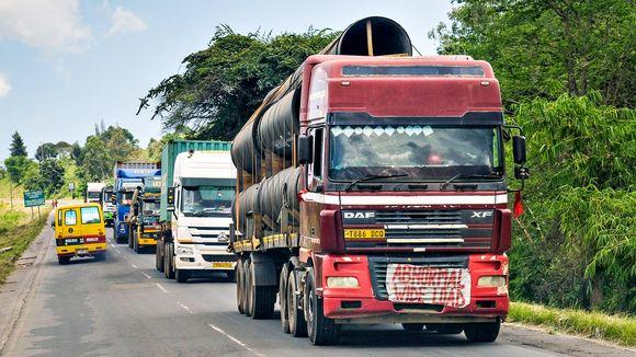 Liikennettä Tansanian ja Sambian välisellä valtatiellä maaliskuussa 2019.