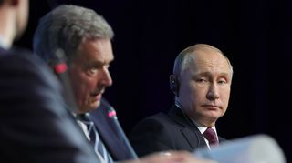 Venäjän presidentti Vladimir Putin kuvattuna yhdessä tasavallan presidentti Sauli Niinistön kanssa Pietarissa 9. huhtikuuta.