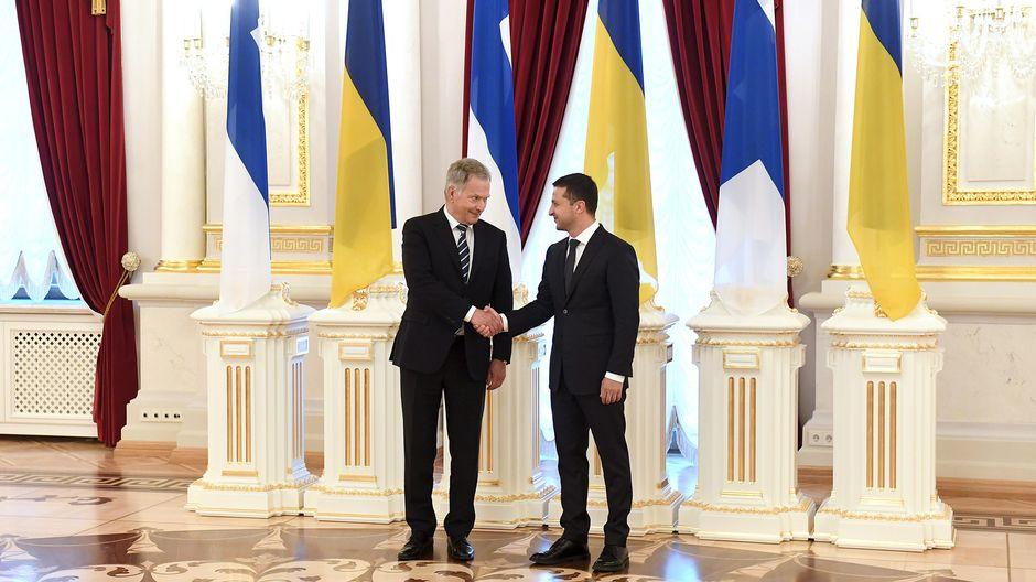 Presidentti Sauli Niinistö ja Ukrainan presidentti Volodymyr Zelenskiy kättelevät vastaanottoseremoniassa Mariinski-palatsissa Kiovassa, Ukrainassa, 12. syyskuuta 2019.
