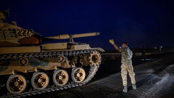 Turkin armeijan tankki ajamassa kohti Syyrian rajaa Akcakalen kaupungin lähellä 8. lokakuuta.