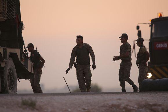 Turkkilaiset panssaroidut ajoneuvot Pohjois-Syyriassa kurdien alueella.