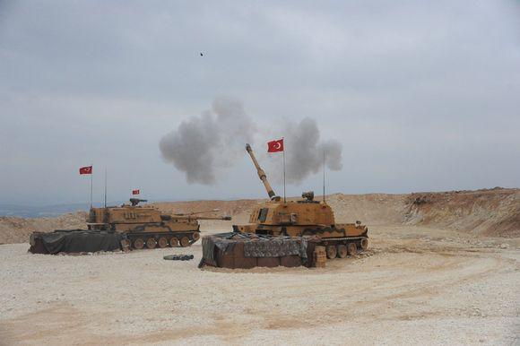 Turkkilaisia panssareita asemissa.