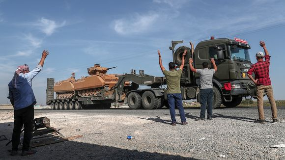 Turkin armeija siirtää kalustoa rintamalle.