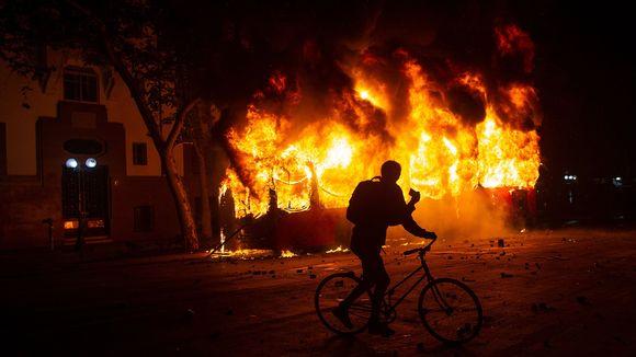 Mielenosoitajien tuleen sytyttämä bussi.