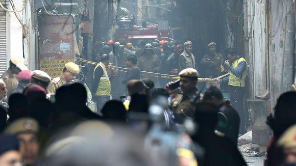 Poliiseja ja palomiehiä lähellä paikkaa, josta tulipalo levisi tuhoisasti sunnuntaiaamuna 8. joulukuuta.