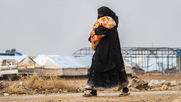 Nainen kantoi lasta al-Holin leirillä 9. joulukuuta.