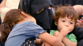 Äiti ja lapsia Al-Holin pakolaisleirillä kesäkuussa 2019.