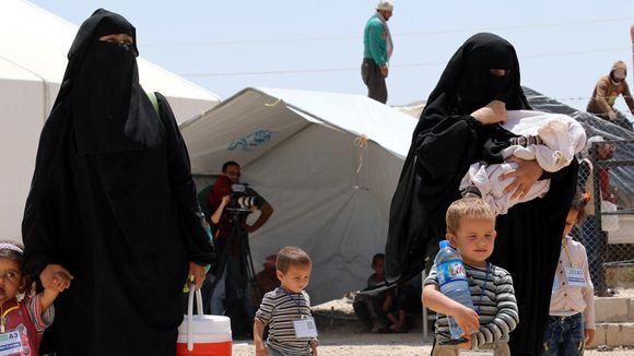 Isis-taistelijoiden vaimoja lapsineen al-Holin leirillä kesäkuussa (kuvituskuva, naisen kansallisuus ei ole tiedossa)