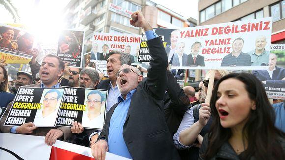 Lehdistön vapautta vaativia mielenosoittajia Turkissa.