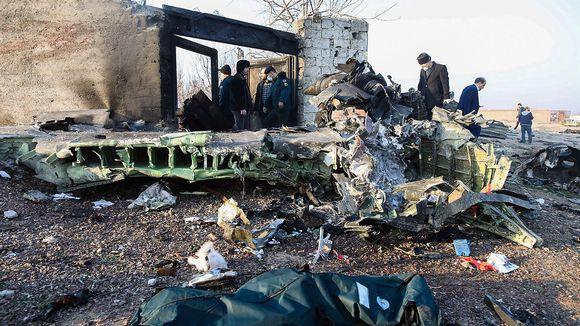 Lentokoneen osia turmapaikalla Teheranin lentokentän lähellä Iranissa keskiviikkona.