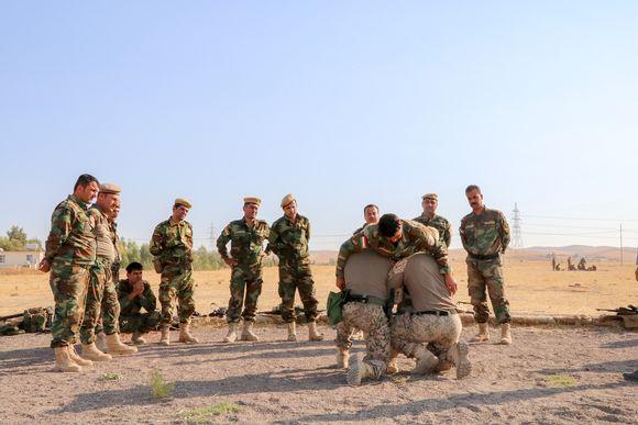 Kuvassa peshmerga-sotilaiden taistelulääkintäkoulutusta.