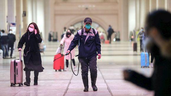 Viranomaiset desinfioivat Hankoun rautatieasemaa Wuhanissa, Kiinassa 22. tammikuuta.