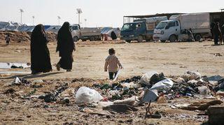 Naisia ja lapsi Al-Holin leirillä.