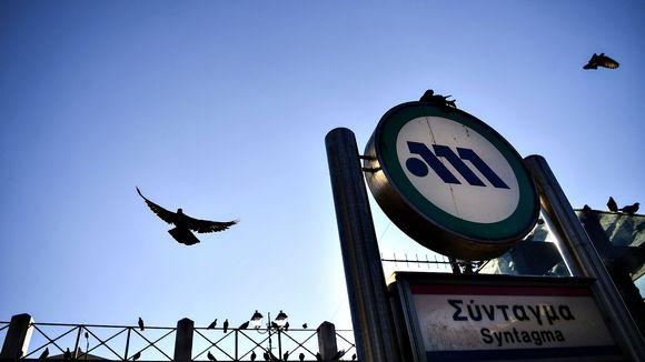 Metroaseman sisäänkäynnin yläpuolella kiertelee puluja 18. helmikuuta 2020.