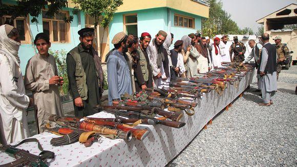 Kapinalliset luovuttavat aseita.