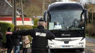 Wuhanista evakuoituja linja-auton kyydissä Ranskassa.