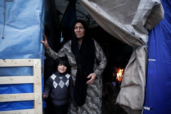 Afganistanilainen äiti ja lapsi pakolaisleirillä Lesboksella Kreikassa.