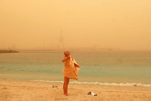 Turisti kuivaa itseään uimarannalla Puerto del Rosariossa.